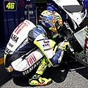 Italų lenktynininkas Valentino Rossi meldžiasi šalia savo motociklo prieš išvažiuodamas į trasą