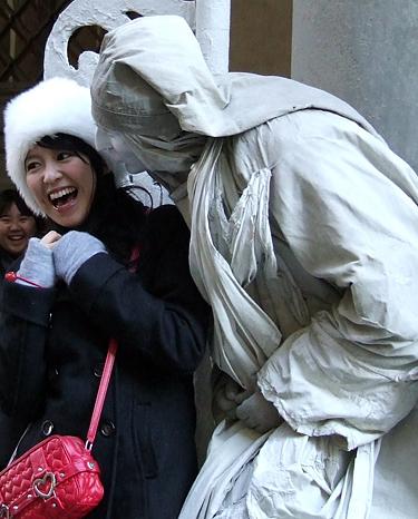 Florencija, turistai su mimais