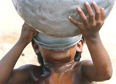 Berniukas geria vandenį