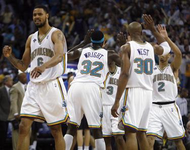 """""""New Orleans Hornets"""" krepšininkai švenčia pergalę"""