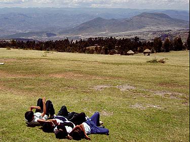 Peru, mokiniai Quinua laukymėje