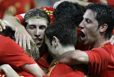 Ispanijos futbolininkai džiaugiasi įvarčiu