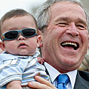 George'as W. Bushas laiko berniuką
