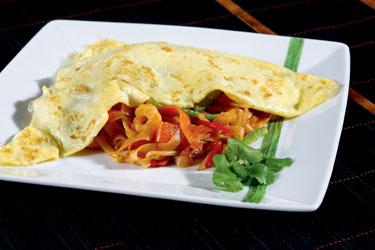Tailandietiški patiekalai. Tradiciniai tailandietiški makaronai su krevetėmis ir omletu