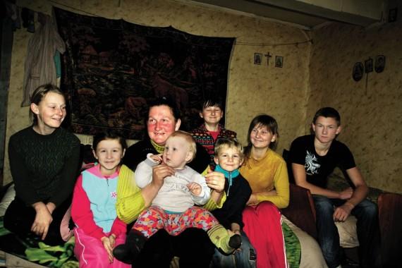 Didelė Gudauskų šeima – Agnietė (13 m.), Margarita (7 m.), mama su vienerių Jokūbu, Pilypas (5 m.), Sicilija (12 m.), Emilija (15 m.), Valentas (16 m.) – išsitenka dviejuose kambariuose.