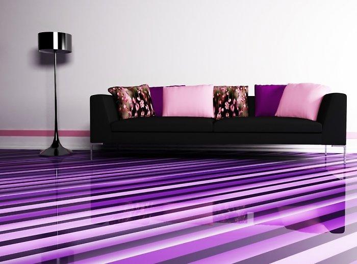 Purpurinių atspalvių grindų danga - kodėl gi ne! O precizišką grafiką suminkština gėlėtos pagalvėlės.