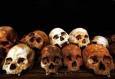 Kambodža. Geriausiai matomas Pol Poto režimo pavyzdys - Pnom Peno priemiestyje esantys Choeung Ek žudynių laukai.Choeung Ek laukuose galima pamatyti besimėtančius žmonių kaulus ir drabužių liekanas