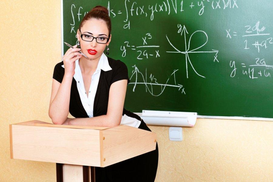 учениник с учительницей после урока