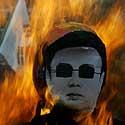 Korėjos Pusano mieste protestuotojai degina Šiaurės Korėjos lyderio Kim Jong atvaizdą.