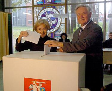 Seimo rinkimuose balsuoja Valdas Adamkus su žmona Alma