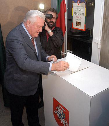 Seimo rinkimuose balsuoja Algirdas Brazauskas