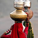 Indės neša ąsočius su geriamu vandeniu. Indija