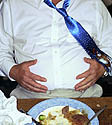 storas vyras, antsvoris, pilvas, valgyti, maistas, pietūs, nutukimas