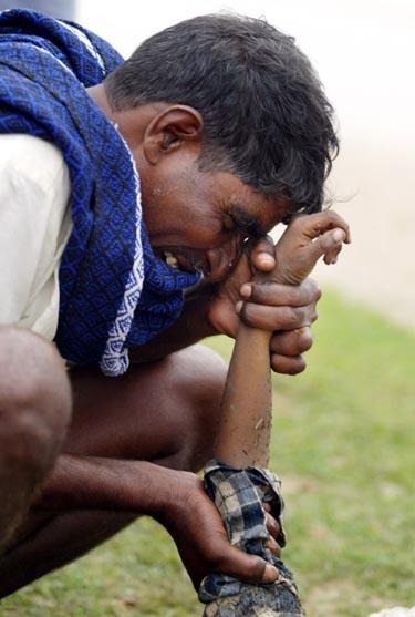 Indija: tėvas gedi sūnaus, kurio gyvybę atėmė Aziją nusiaubusi stichija