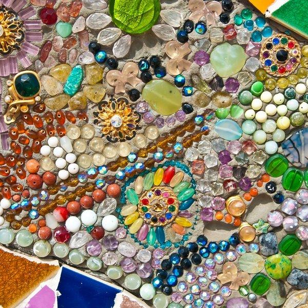 Mozaika iš stiklo ir keramikos šukių