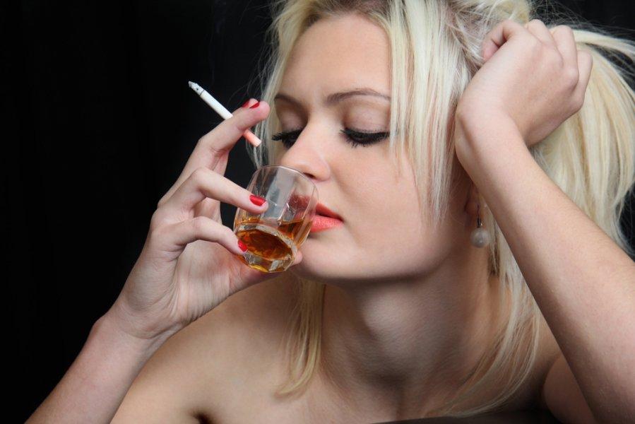 Девка пьет фото