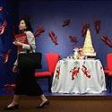 Moteris eina pro menininko Regis Dho eksponuojamą kūrinį, iliustruotą vėžiais