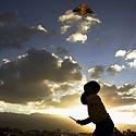 Taikos parke berniukas leidžia aitvarą