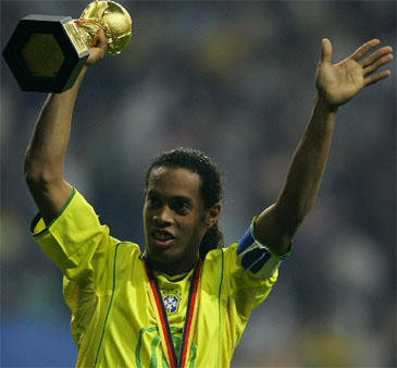 Ronaldinho su FIFA Konfederacijų taurės turnyro taure