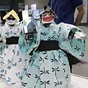 robotai humanoidai, apivlkti kimono, atlieka tradicinį japonų šokį