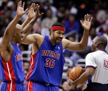 """""""Pistons"""" krepšininkai Chauncey Billupsas ir Rasheedas Wallace'as nesutinka su arbitro skirta pražanga"""