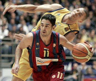 """Juanas Carlosas Navarro (""""Barcelona"""") veržiasi pro Anthony Parkerį (""""Maccabi"""")"""