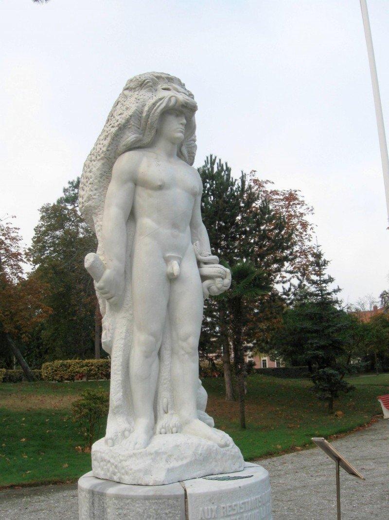 skulptūros su mažais peniais)