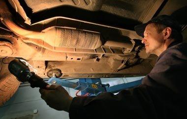 """Pašokus metalų kainoms, policija registruoja dešimtis katalizatorių vagysčių – dažniausiai kenčia """"Toyota"""" ir """"Lexus"""" vairuotojai"""