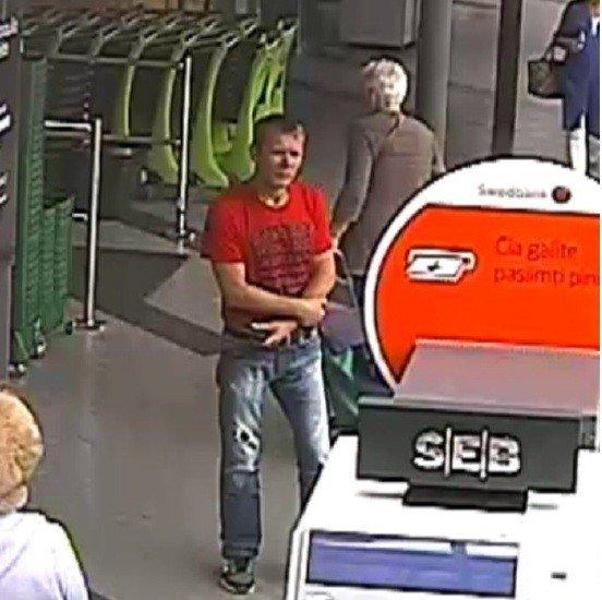 Padirbtų pinigų platintojo ieškantys pareigūnai prašo atpažinti šį vyrą