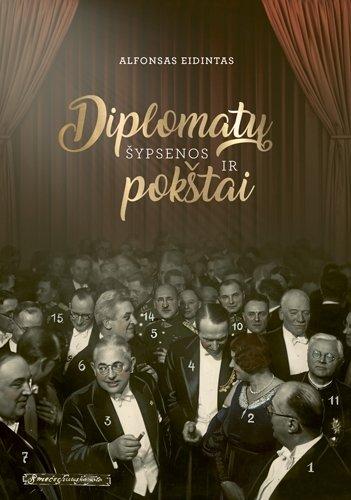 Knygos viršelyje puikuojasi Italijos pasiuntinio Giovannio Amadorio diplomatinio priėmimo 1933 m. sausio 10 d. momentas Lietuvos laikinojoje sostinėje Kaune (fotografo Mejerio Smečechausko nuotraukos ir montažas, KTU biblioteka)