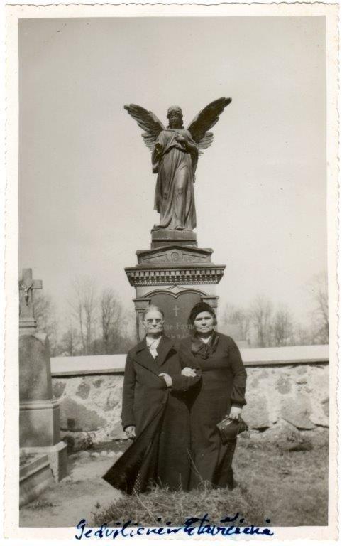 Kretingiškės Gedvilienė ir Eitavičienė prie angelo-sargo skulptūros. XX a. IV deš. Pranciškonų archyvas.