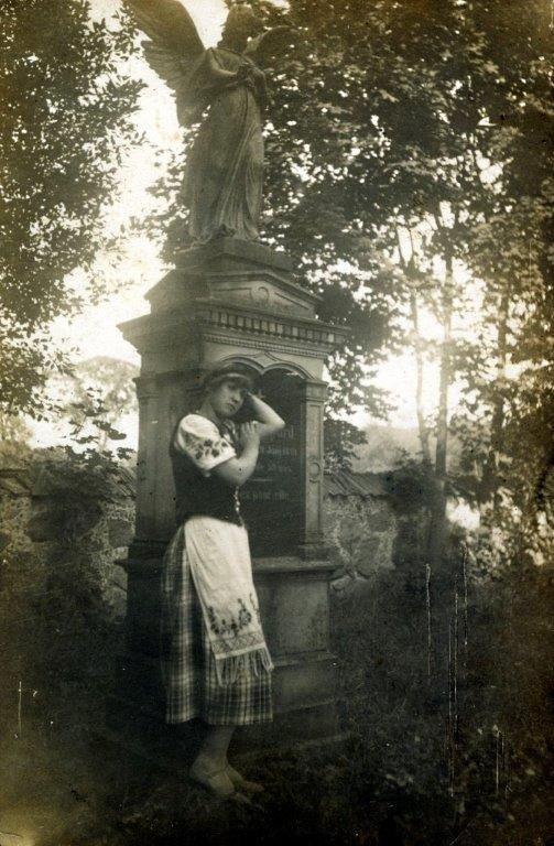 Kretingiškė Lazdauskaitė prie angelo-skulptūros, 1927 m.