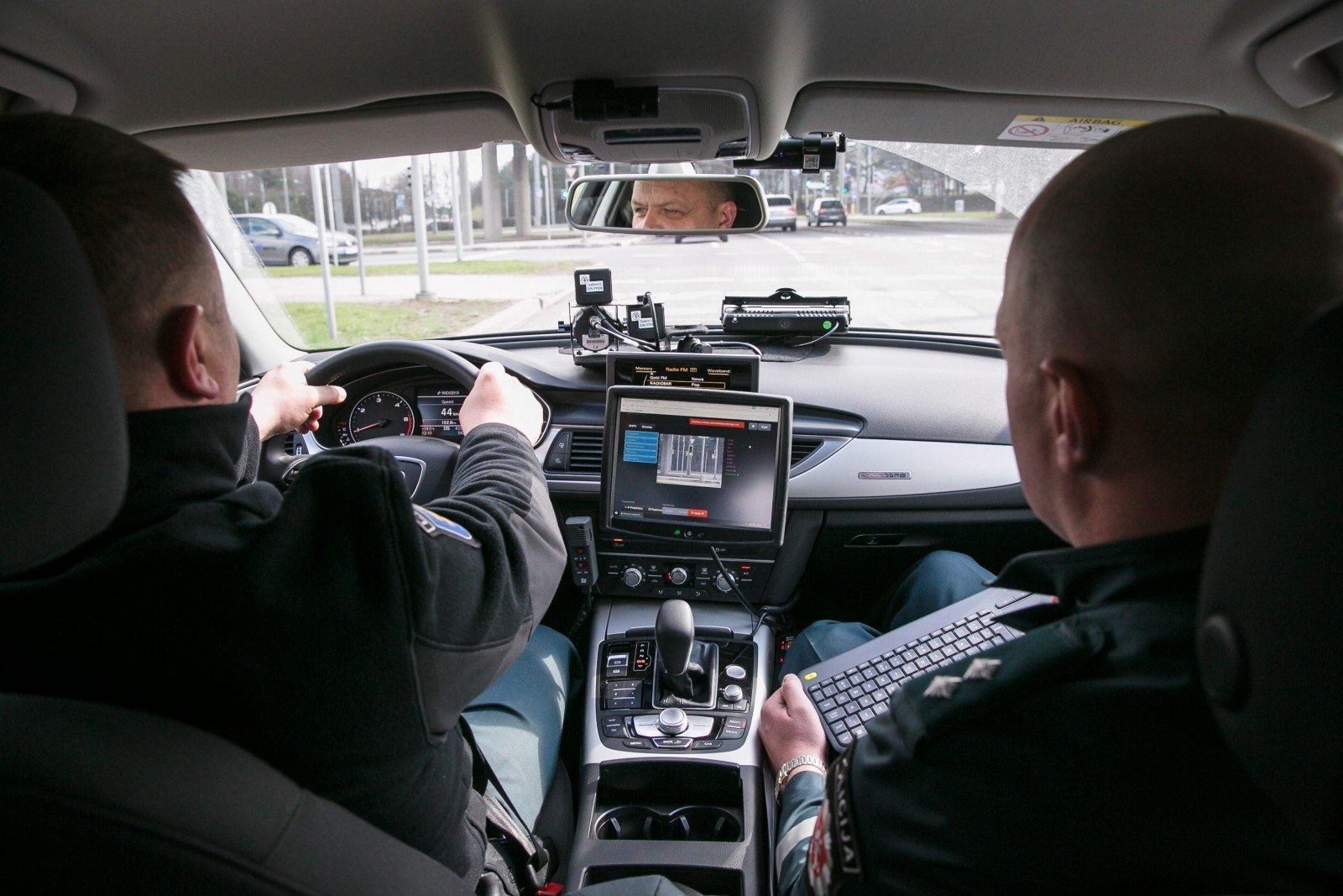 juodoji ponia i ried jo gatves policija pademonstravo kaip stebi vairuotojus delfi auto. Black Bedroom Furniture Sets. Home Design Ideas
