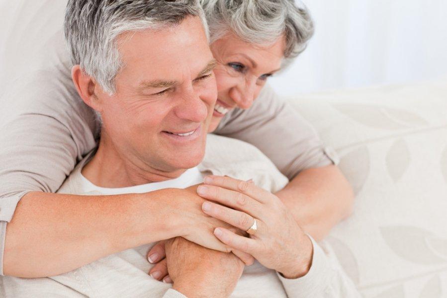 Зрелая женщина, обнимая ее муж - Стоковое фото. зрелая женщина, обнимая е..