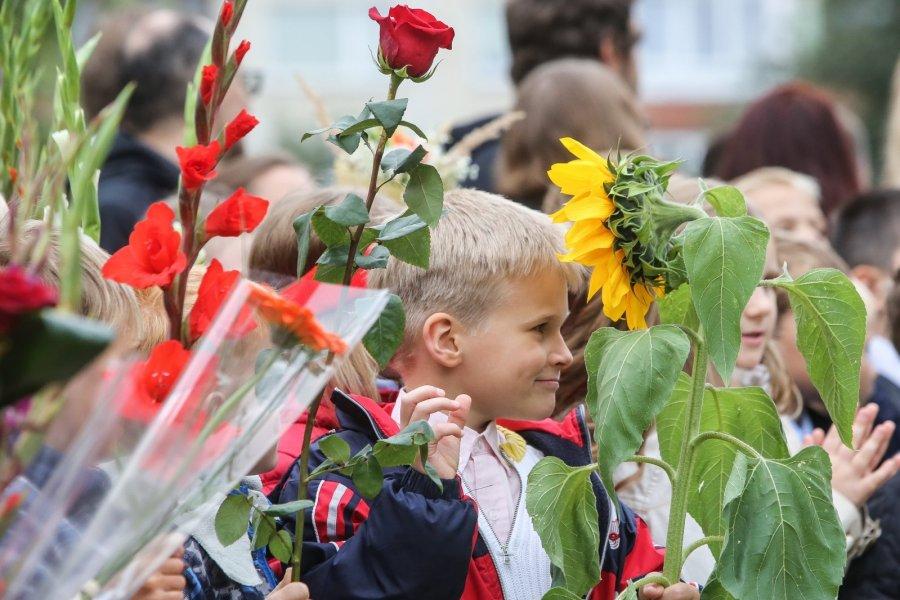 Открытки, картинки дети с цветами на 1 сентября