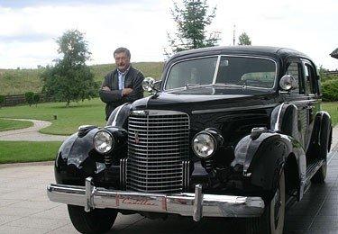 "Stasys Brundza šalia savo ""Cadillac V16"""