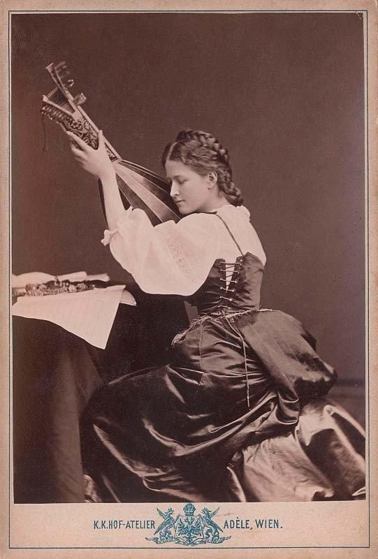"""Klementina Potockytė pagal Orazio Gentileschi paveikslą """"Mergina su liutnia"""", XIX a. 8 deš., ateljė """"Adèle"""", Viena. (Austrijos nacionalinė biblioteka)"""