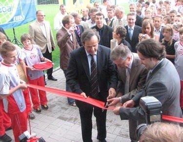 UEFA prezidentas Michelis Platini, premjeras Gediminas Kirkilas ir LFF prezidentas Liutauras Varanavičius perkerpa Nacionalinės futbolo akademijos atidarymo juostelę