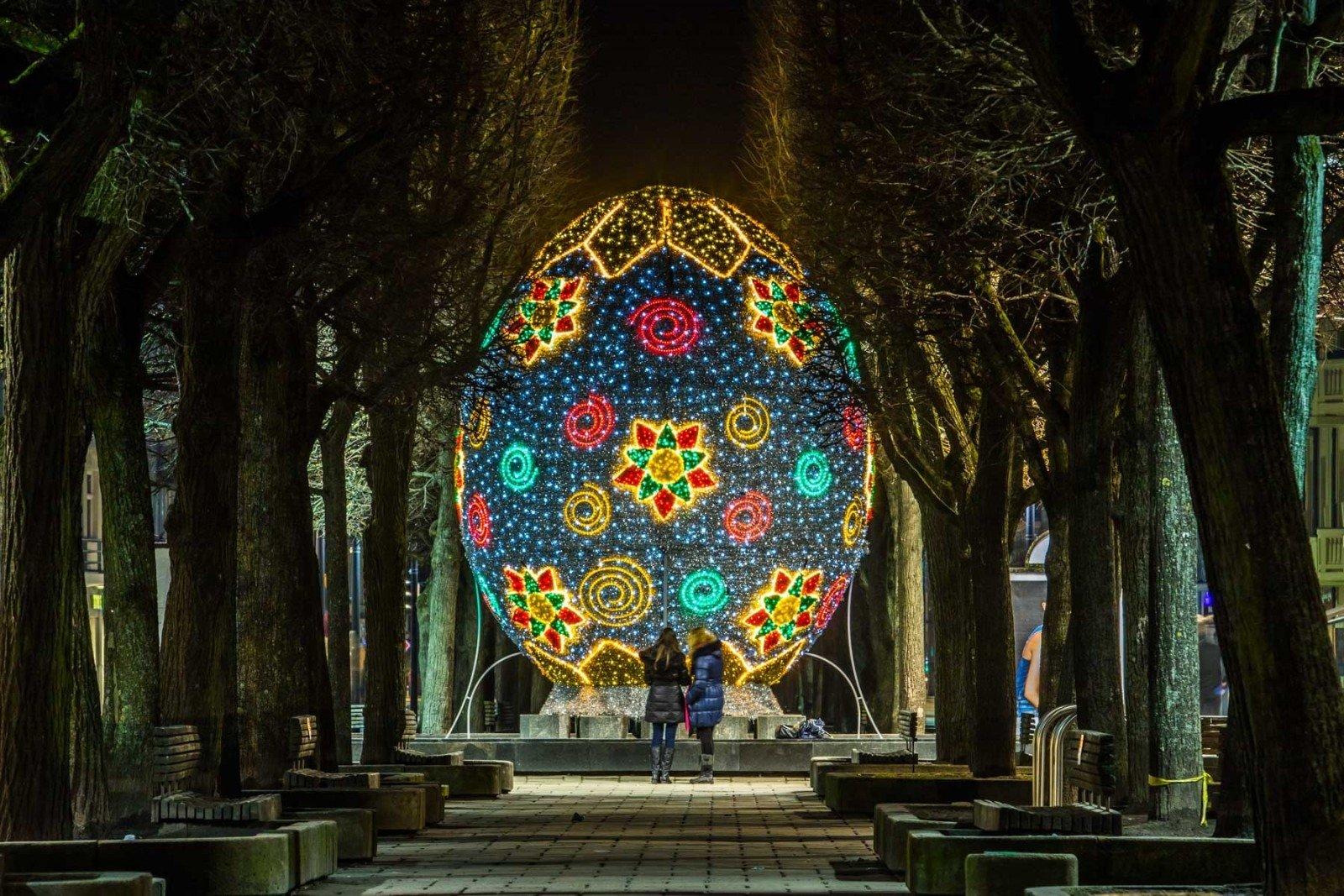 Giant electric Easter eggs spring up in Kaunas - EN DELFI